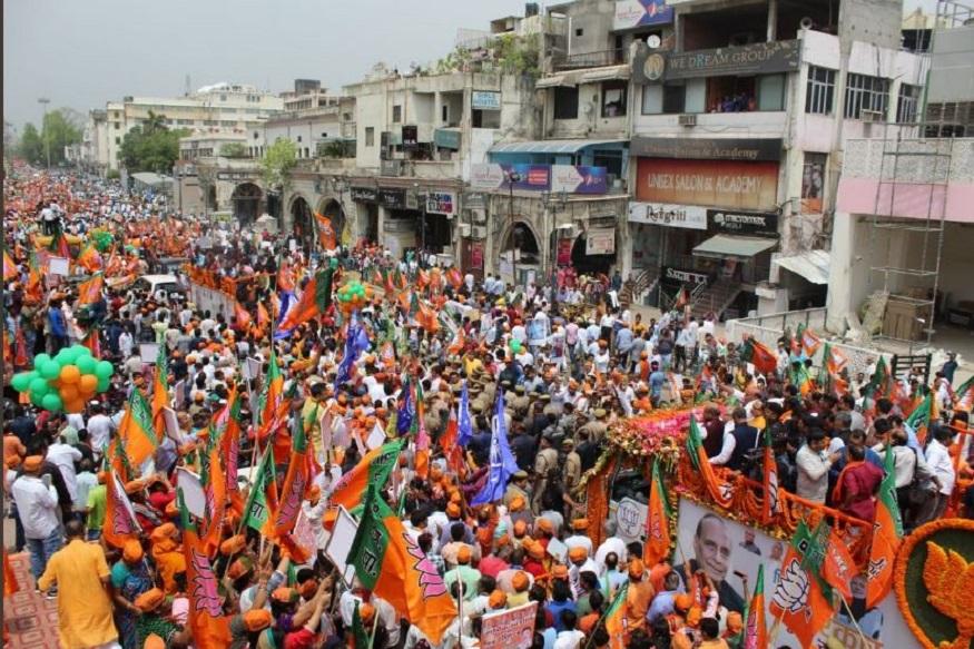 वहीं केंद्रीय गृहमंत्री और लखनऊ से बीजेपी प्रत्याशी राजनाथ सिंह के रोड शो में राज्य के मुख्यमंत्री योगी आदित्यनाथ शामिल नहीं हुए. चुनाव आयोग ने विवादास्पद बयान और आचार संहिता उल्लंघन के मामले में उन पर 72 घंटे का प्रतिबंध लगाया है. हालांकि दोनों डिप्टी सीएम केशव प्रसाद मौर्य और दिनेश शर्मा, बीजेपी प्रदेश अध्यक्ष समेत योगी सरकार के कई मंत्री इसमें शामिल हुए.