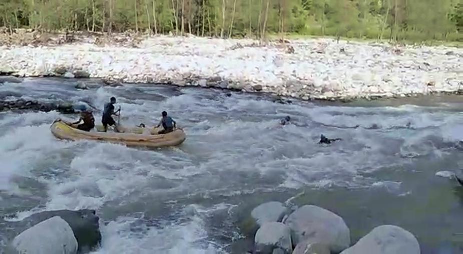 राफ्ट सवार दो लोग ब्यास नदी में गिर गए. इस दौरान गायड ने मुस्तैदी दिखाते हुए राफ्ट को संभाला और आगे जाकर नदी में गिरे एक युवक को पकड़ लिया.