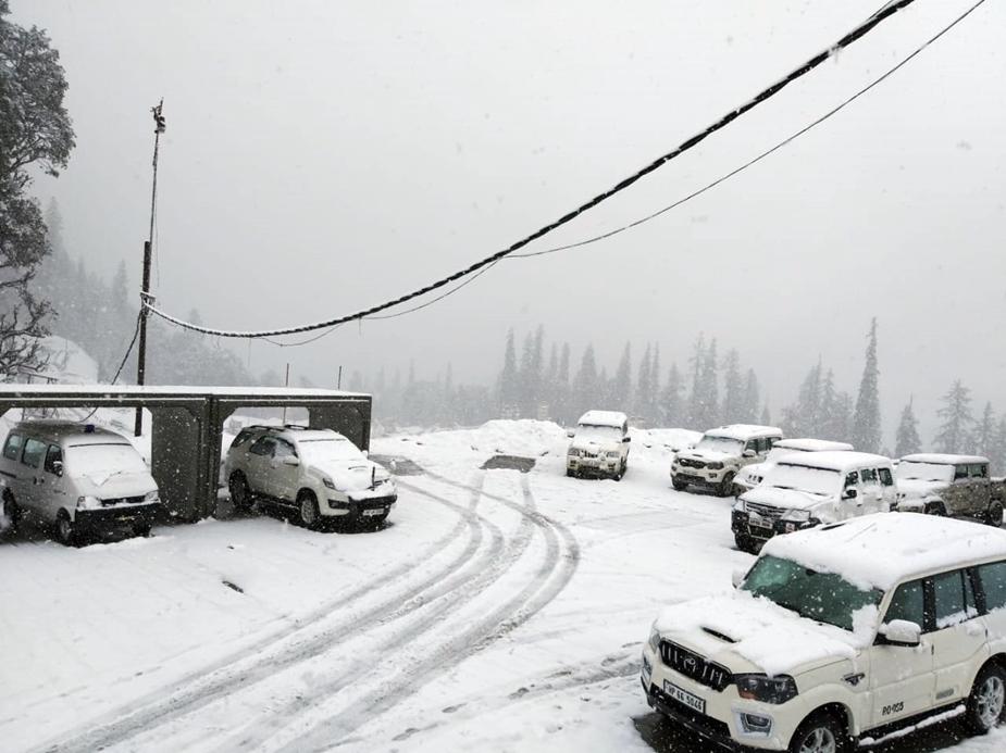 अप्रैल माह में घाटी में हुई बर्फ़बारी से तापमान में गिरावट आई है. मनाली शहर में बारिश से एक बार फिर से वादी में ठंड लौट आई है.