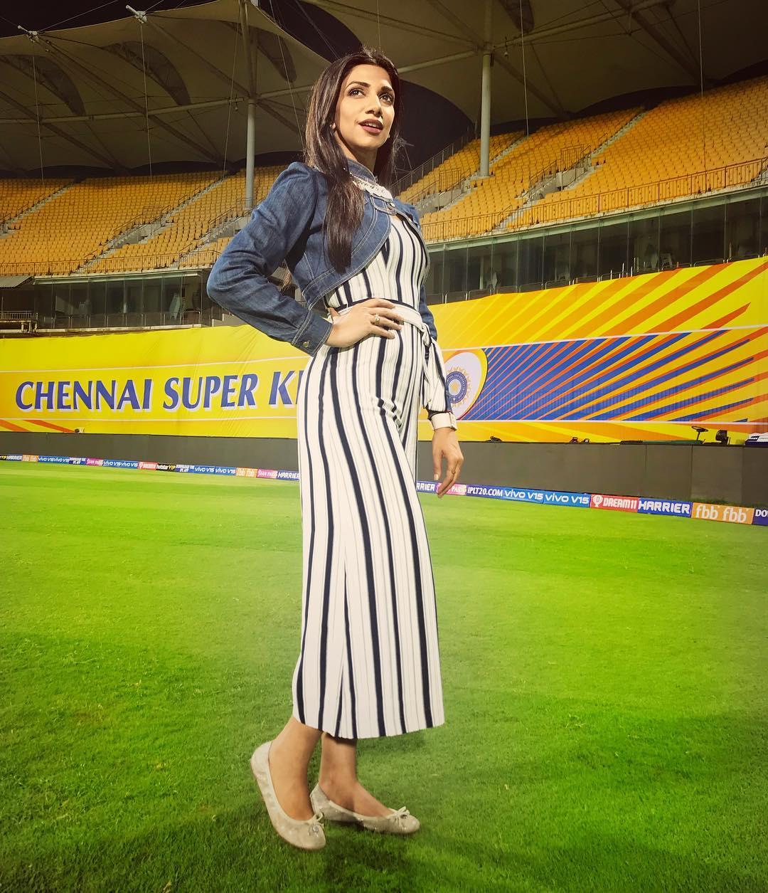 आईपीएल की हॉट महिला होस्ट/प्रजेंटर के रूप में नया नाम भावना बालकृष्णन का शामिल हुआ है. वह टीवी प्रजेंटर के अलावा स्टेज सिंगर और RJ के रूप में भी खास पहचान रखती हैं. जबकि वो खूबसूरत तो हैं ही.(photo-Instagram)