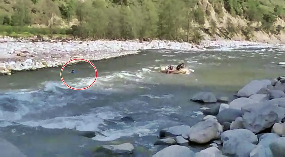 वहीं दूसरा युवक तैरकर किनारे पहुंचा. उसे किसी तरह की चोट नहीं आई है.