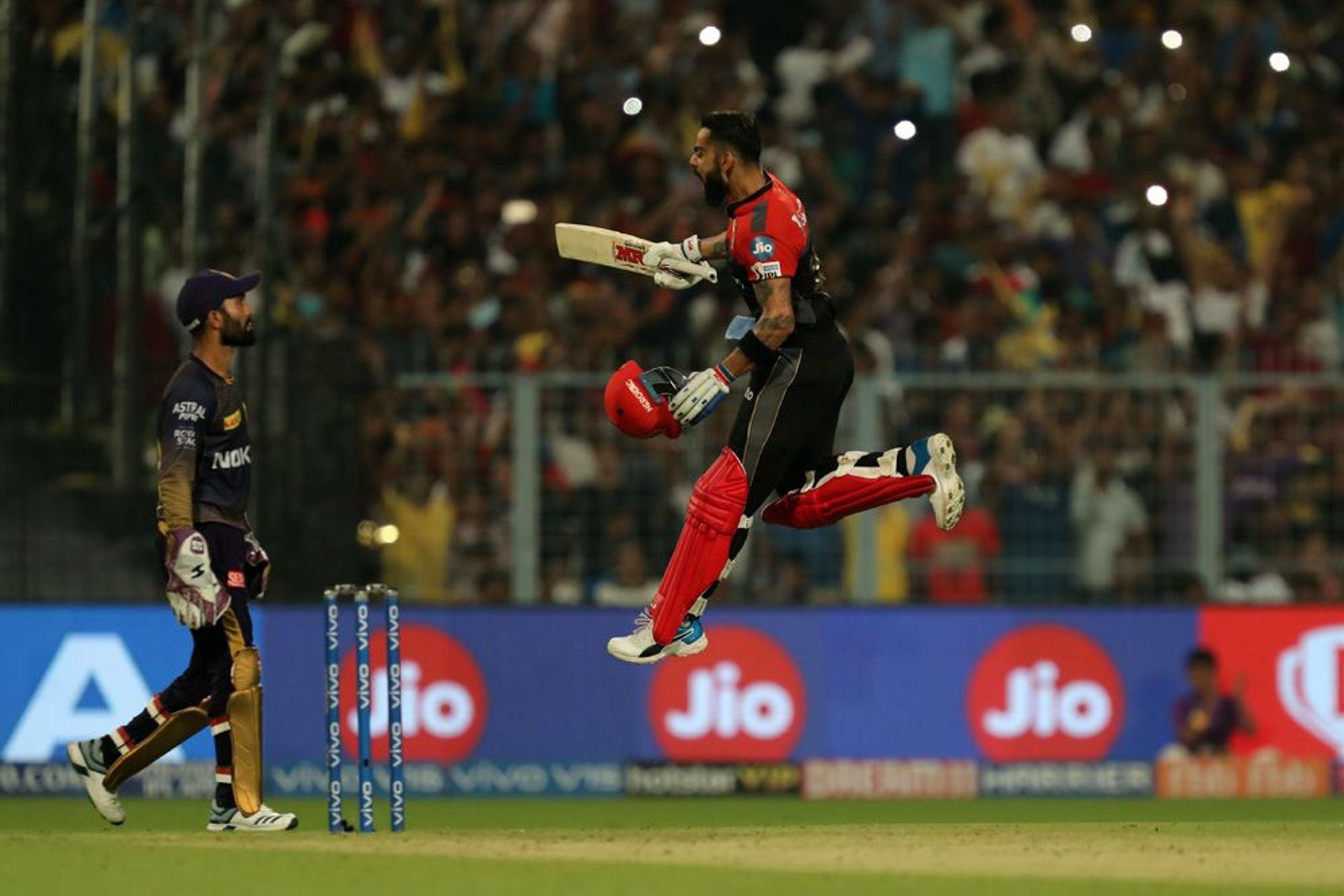 विराट कोहली के दम पर रॉयल चैलेंजर्स बैंगलोर ने कोलकाता नाइटराइडर्स को दस रन से हराकर मौजूदा सीजन में दूसरी जीत हासिल कर ली है. हालांकि वह अभी भी प्वाइंट टेबल में सबसे नीचे बनी हुई है. आरसीबी ने अब तक खेले 9 मैचों में से सात गंवाए हैं तो दो बार जीत मिली है. जबकि केकेआर के खिलाफ विराट कोहली ने शतक जड़कर कई रिकॉर्ड अपने नाम कर लिए हैं.(photo-iplt20.com)