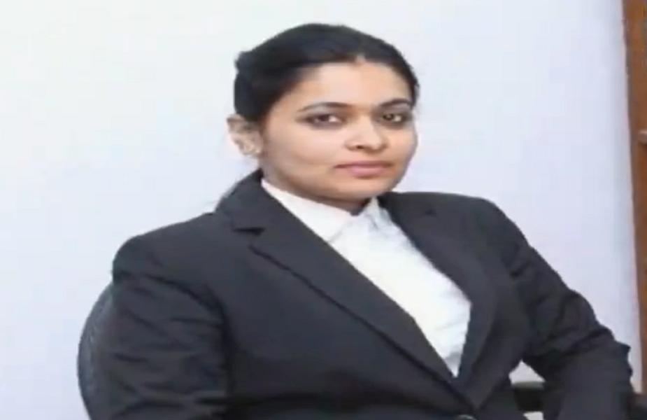 अपूर्वा के पिता भी पेशे से वकील हैं. इंदौर में वे जाने माने वकील हैं.