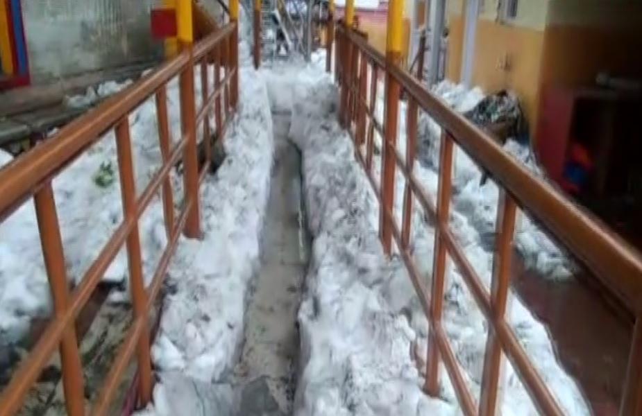 इस साल बद्रीनाथ और केदारनाथ धाम में भारी बर्फबारी होने के चलते मंदिर समति को मंदिर परिसर से बर्फ हटाने में काफी मशक्कत करनी पड़ रही है.