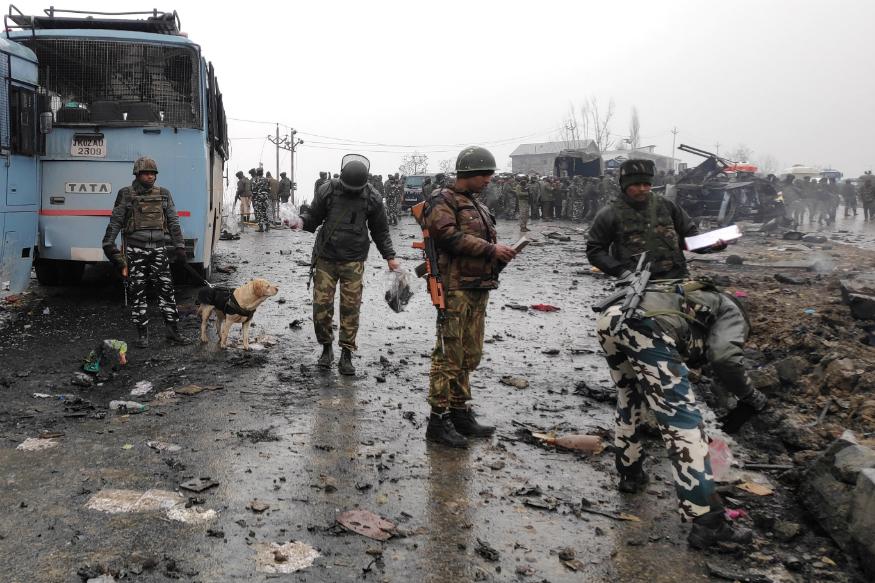 आतंकी संगठन ने CRPF कैंप पर फिदायीन हमला को नासिर के भाई नूर त्राली की मौत का बताया था. नूर त्राली जम्मू-कश्मीर में बुरहान वानी के बाद आतंक का दूसरा नाम बना था. जैश के इस कमांडर को 26 दिसंबर 2016 को सैन्य कार्रवाई में मार गिराया था. अबनिसार को यूएई ने भारत डिपोर्ट कर दिया है. (प्रतीकात्मक फोटो- CRPF पर हमला)