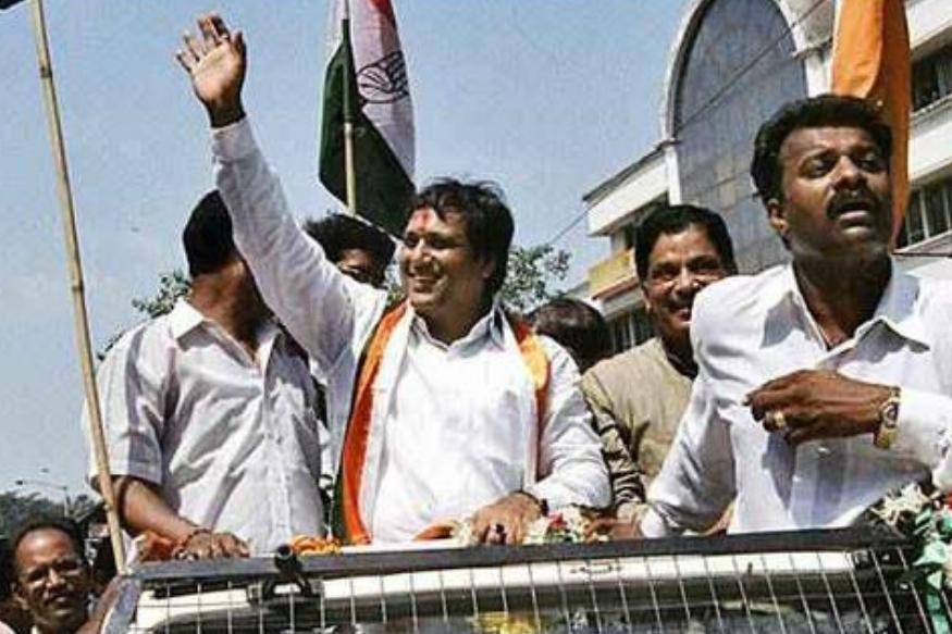 एक्सप्रेशन और डांसिंग के बादशाह गोविंदा राजनीति में जादू चलाने में नाकाम रहे. वह 2004 में कांग्रेस की टिकट पर चुनाव में उतरे. बीजेपी नेता राम नाईक को 50 हजार वोटों से हराया. इस जीत के बाद भी वह पॉलिटक्स में सफल नहीं रहे और साल 2008 में पार्टी से इस्तीफा दे दिया.