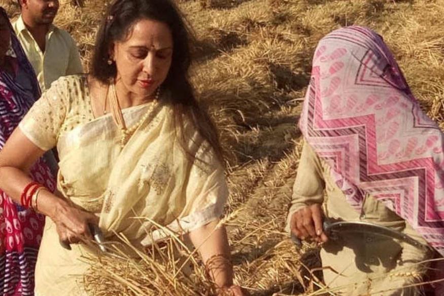 हेमा मालिनी साल 2014 में बीजेपी की टिकट से मथुरा में चुनाव जीत सुर्खियों में रहीं. अब एक बार फिर वह मथुरा से किस्मत आजमा रही हैं. उन्होंने चुनाव प्रचार भी शुरू कर दिया है. हेमा मालिनी ने साल 2004 में बीजेपी की सदस्यता ली थी.