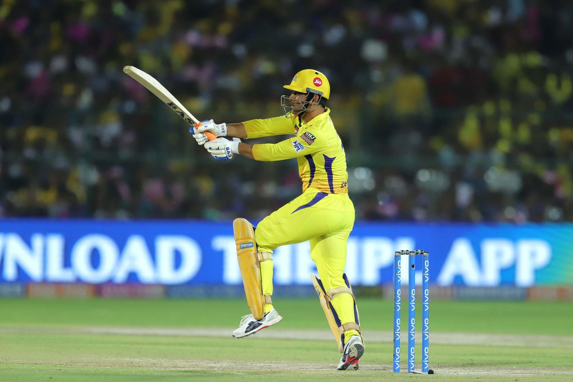 महेंद्र सिंह धोनी ने आईपीएल में चौथी बार पारी के 20वें ओवर में 20 से ज्यादा रन बनाने का कारनामा किया है, जो कि रिकॉर्ड है. सच कहा जाए तो आईपीएल के तमाम स्टार खिलाड़ी उनके आगे फीके नजर आते हैं.(photo-iplt20.com)