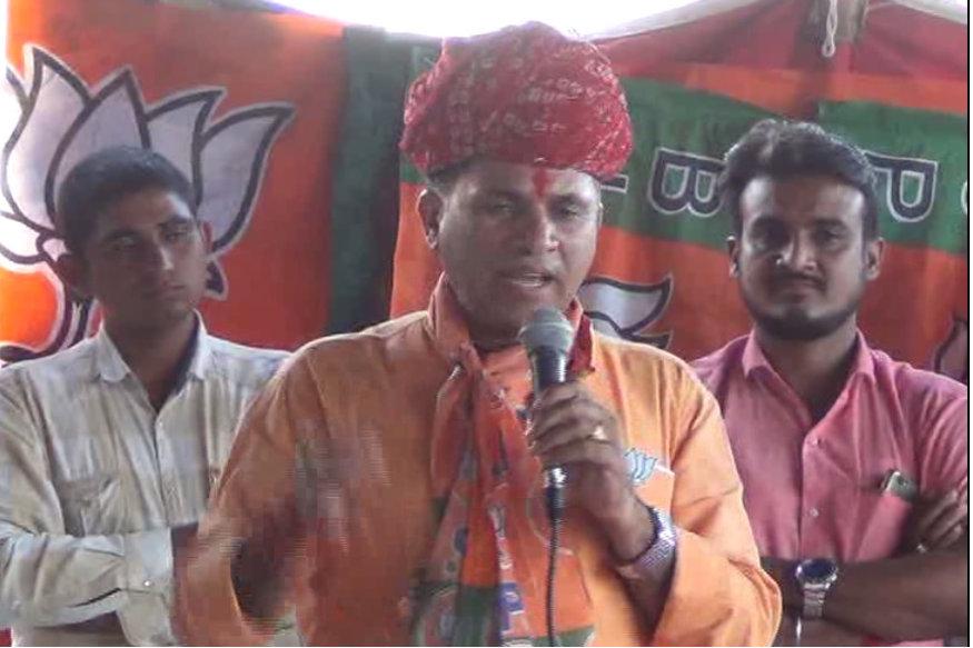 राजस्थान की बारमेड़ सीट से कांग्रेस के मानवेंद्र सिंह और बीजेपी के कैलाश चौधरी के बीच लड़ाई है. यहां से साल 2014 में बीजेपी की सोनम चौधरी ने निर्दलीय जसवंत सिंह को 87,000 वोट से हराया था. बता दें राजस्थान विधानसभा चुनाव के पहले ही मानवेंद्र सिंह, बीजेपी से कांग्रेस में शामिल हो गए थे.