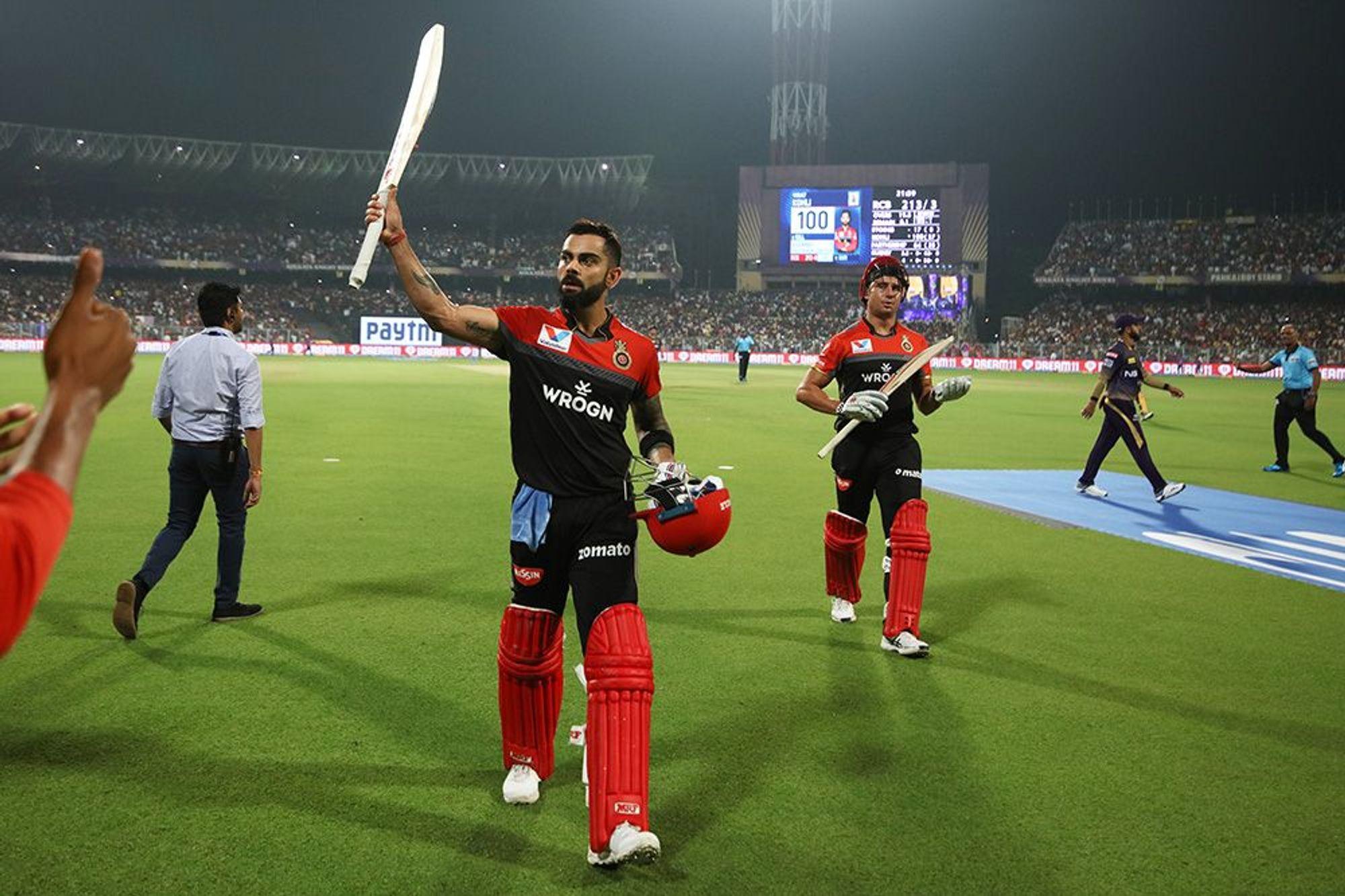 विराट कोहली ने केकेआर के खिलाफ ईडन गार्डन्स में 58 गेंदों में नौ चौके और चार छक्के की मदद से 100 रन की पारी खेली. यह बतौर कप्तान उनका आईपीएल में रिकॉर्ड पांचवां शतक है. इससे पहले कप्तान के रूप में वीरेंद्र सहवाग, सचिन तेंदुलकर, एडम गिलक्रिस्ट और डेविड वॉर्नर एक-एक शतक लगा चुके हैं.हालांकि टी20 क्रिकेट में बतौर कप्तान ऑस्ट्रेलिया के माइकल किलंगर ने रिकॉर्ड छह शतक लगाए हैं. (photo-iplt20.com)
