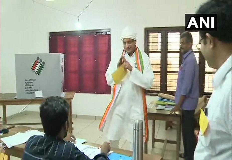 केरल की तिरुवनंतपुरम लोकसभा सीट से कांग्रेसउम्मीदवार और वरिष्ठ नेता शशि थरूर ने शहर के एक मतदान केंद्र पर वोट डाला.(image credit: ANI)