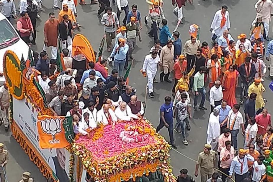 जहां उन्होंने पूजा-अर्चना करके जीत का आशीर्वाद मांगा. राजनाथ सिंह ने नामांकन से पहले लखनऊ में रोड शो किया.