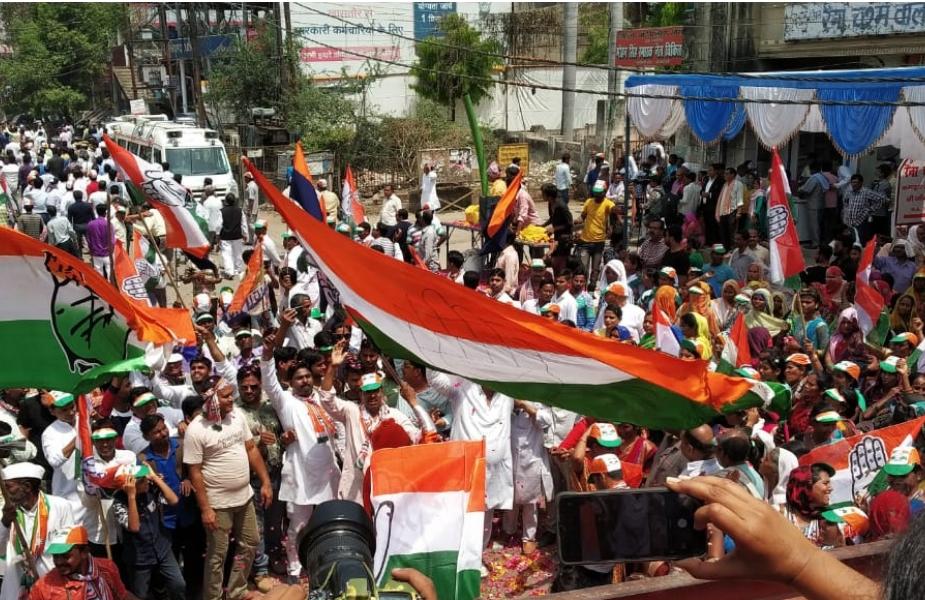 यूपीए अध्यक्ष सोनिया गांधी ने नामांकन कर दिया है. नामांकन से पहले उन्होंने एक रोड शो किया. उनके साथ कांग्रेस अध्यक्ष राहुल गांधी और राष्ट्रीय महासचिव प्रियंका गांधी भी थे. सोनिया गांधी रायबरेली से पिछले चार बार से लगातार चुनाव जीत रही हैं. इस सीट पर वोटिंग आगामी 6 मई को होगी.