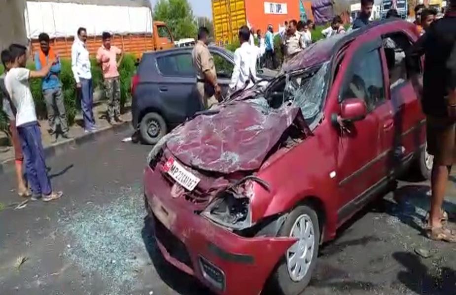 कारों के बीच हुई टक्कर इतनी जोरदार थी कि कार में बैठे दो लोगों की मौक़े पर मौत हो गई. हादसे में 6 से अधिक लोगों के गम्भीर रूप से घायल होने की सूचना है.