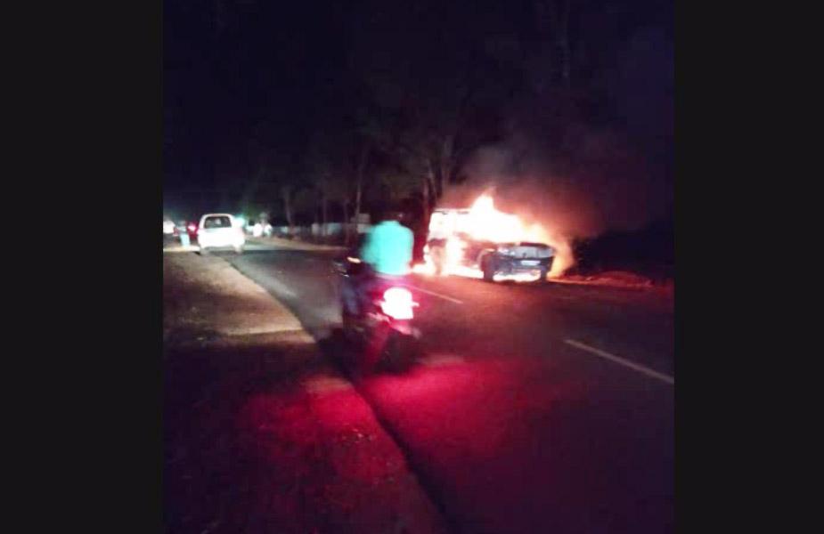 टक्कर इतनी जबरदस्त थी कि दोनों युवकों की मौके पर ही मौत हो गई. वहीं इस घटना के बाद आक्रोशित लोगों ने बोलेरो वाहन को आग लगा दिया.