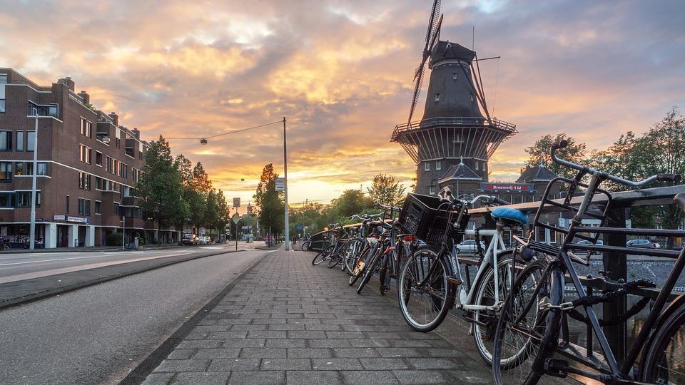 नीदरलैंड्स की राजधानी एम्सटर्डम में अगर कोई अकेला रहता है और उसके अंतिम संस्कार में जाने वाला कोई नहीं है तो इसके लिए एक कवि मुहैया है जो समारोह में छोटी कविता लिखता और सुनाता है.