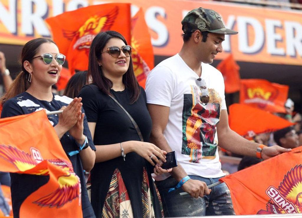 आईपीएल 2019 में सनराइजर्स हैदराबाद और कोलकाता नाइटराइडर्स के मैच के दौरान सानिया मिर्जा अपनी बहन अनम मिर्जा के साथ मैच देखती नजर आईं. उनके साथ पूर्व क्रिकेटर मोहम्मद अजहरुद्दीन के बेटे असदुद्दीन भी बैठे थे. अनम मिर्जा और असदुद्दीन के रिलेशन में होने के चर्चे हैं. (Photo: IPL)