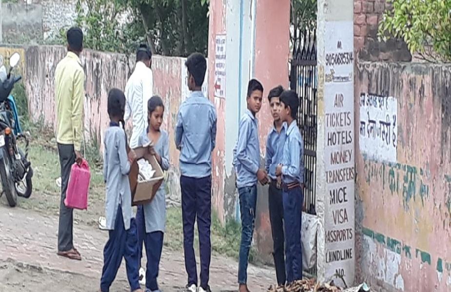 ये तस्वीर है हरियाणा के पानीपतमें स्थित निजामपुर के सीनियर सेकंडरी स्कूल की.यहां देश के भविष्य को पढ़ाने की वजाय उनसे कूड़े-कचरे उठवाए जा रहे हैं.