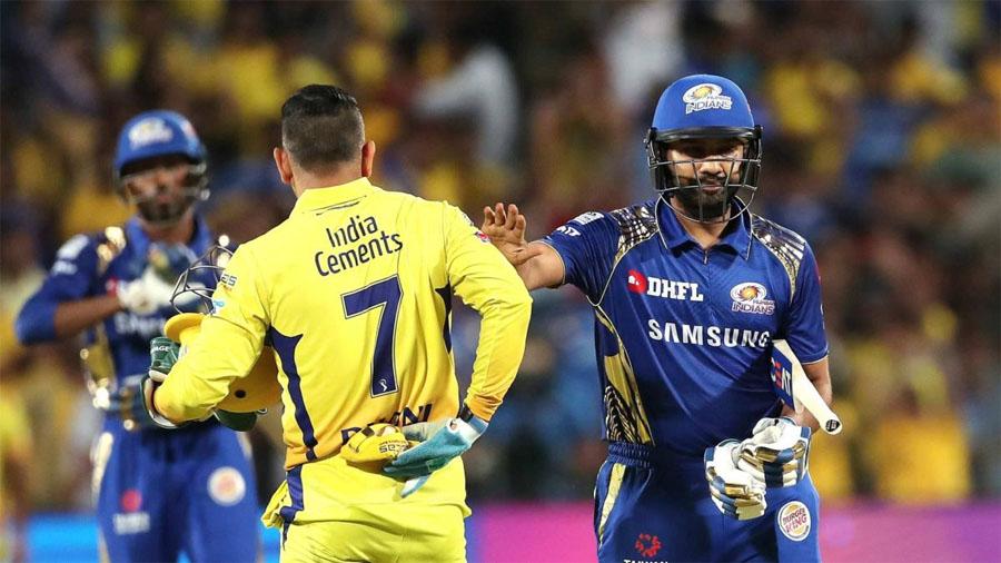 आईपीएल में चेन्नई सुपरकिंग्स और मुंबई इंडियंस की टीमें जब भी टकराती हैं तो दर्शकों को कड़ा मुकाबला देखने को मिलता है. एमएस धोनी की कप्तानी वाली चेन्नई और रोहित शर्मा के नेतृत्व वाली मुंबई आईपीएल इतिहास की सबसे कामयाब टीमें हैं. दोनों ने तीन-तीन बार खिताब जीता है. मुंबई और चेन्नई के बीच मुकाबलों के इतिहास पर नजर डाली जाए तो सामने आता है कि रोहित शर्मा की टीम धोनी के धुरंधरों पर भारी पड़ती है. चेन्नई को अपने घरेलू मैदान एम चिदंबरम यानी चेपॉक स्टेडियम में भी मुंबई से शिकस्त मिली है. आखिरी बार चेन्नई ने मुंबई को अपने घरेलू मैदान में साल 2010 में हराया था. (Photo:IPL)
