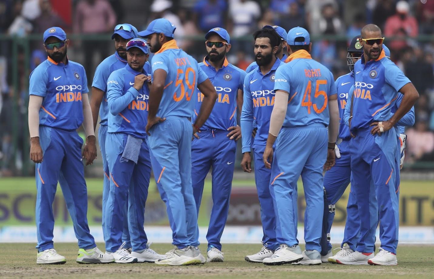 भारतीय क्रिकेट बोर्ड ने आईसीसी 2019 क्रिकेट वर्ल्ड कप के लिए 15 खिलाड़ियों ऐलान किया है. इस टीम की कमान विराट कोहली के हाथों में हैं तो 'हिटमैन' रोहित शर्मा को उपकप्तानी की जिम्मेदारी सौंपी गई है. जबकि टीम के सबसे अनुभवी खिलाड़ी महेंद्र सिंह धोनी को अपना चौथा वर्ल्ड कप खेलने का मौका मिला है. इस टीम में पांच विशेषज्ञ बल्लेबाज, दो विकेटकीपर-बल्लेबाज, तीन स्पिनर, दो सीम ऑलराउंडर और तीन तेज गेंदबाजों को शामिल किया गया है. जबकि इन 15 खिलाड़ियों को कुल 1573 वनडे मैचों का अनुभव हासिल है.