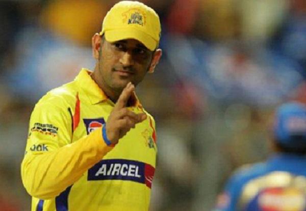 भारतीय टीम के पूर्व कप्तान और विकेटकीपर महेंद्र सिंह धौनी को कौन नहीं जानता. वो करीब 14 सालों से भारतीय क्रिकेट टीम के खास स्तंभ बने हुए हैं. भारतीय टीम ने उनके नेतृत्व में पहले 2007 में टी20 वर्ल्ड कप जीता. फिर वर्ष 2011 में उन्होंने टीम इंडिया वन-डे वर्ल्ड कप में चैंपियन बनवाया. इंटरनेशनल क्रिकेट में उन्हें गजब का फिनिशर माना जाता है. धौनी रांची में पैदा हुए. वहीं पले-बढ़े. वो हमेशा औसत स्टूडेंट थे. उन्होंने रांची के डीएवी जवाहर विद्या मंदिर, श्यामली से इंटर करने के बाद सेंट जेवियर कॉलेज में आगे की पढाई के लिए दाखिला लिया था, इसे वो कभी पूरी नहीं कर पाए. यानि उनकी पढाई भी 12वीं तक ही है.