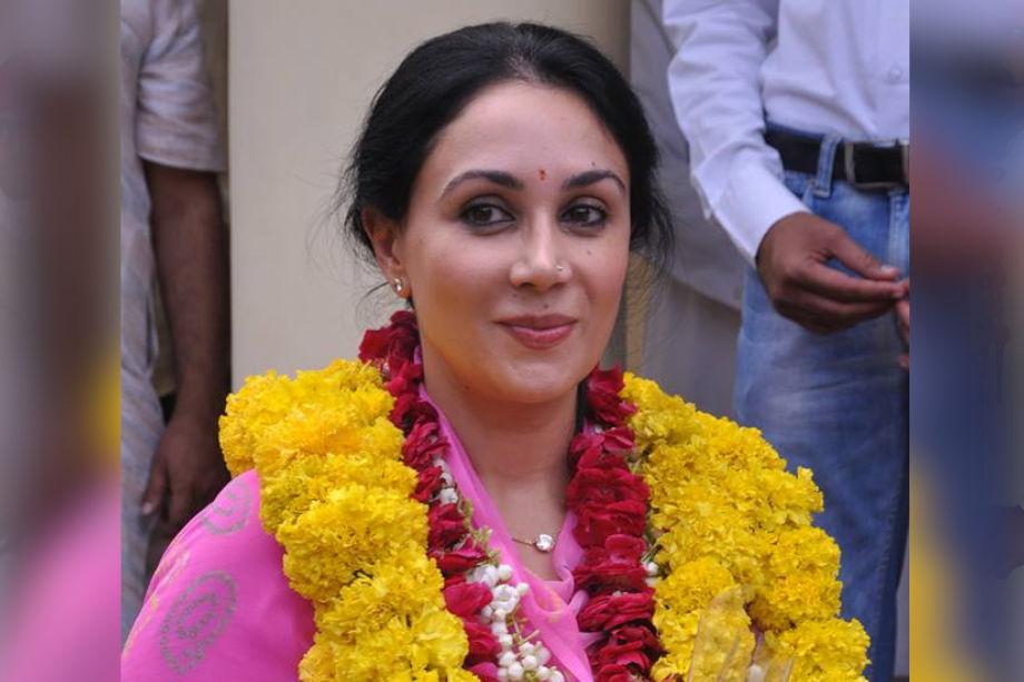 दीया कुमारी और नरेंद्र सिंह के प्रेम विवाह को लेकर पूर्व में खासा विवाद हुआ था. राजपूत समाज की सबसे बड़ी पंचायत राजपूत सभा की ओर से भी इसे लेकर काफी नाराजगी जताई गई थी. दोनों का एक ही गोत्र होने के चलते काफी हंगामा हुआ था.