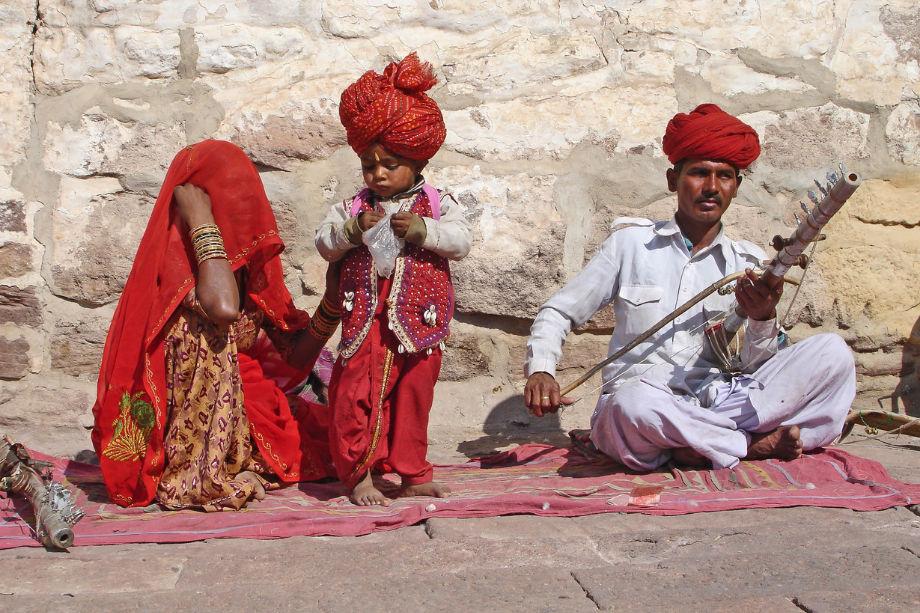 गिरोह के लोग गांव-गांव घुमते हुए ऐसे परिवार तलाशते और कुंवारों की पूरी सूची तैयार कर राकेश को देते. (फोटो- प्रतीकात्मक)