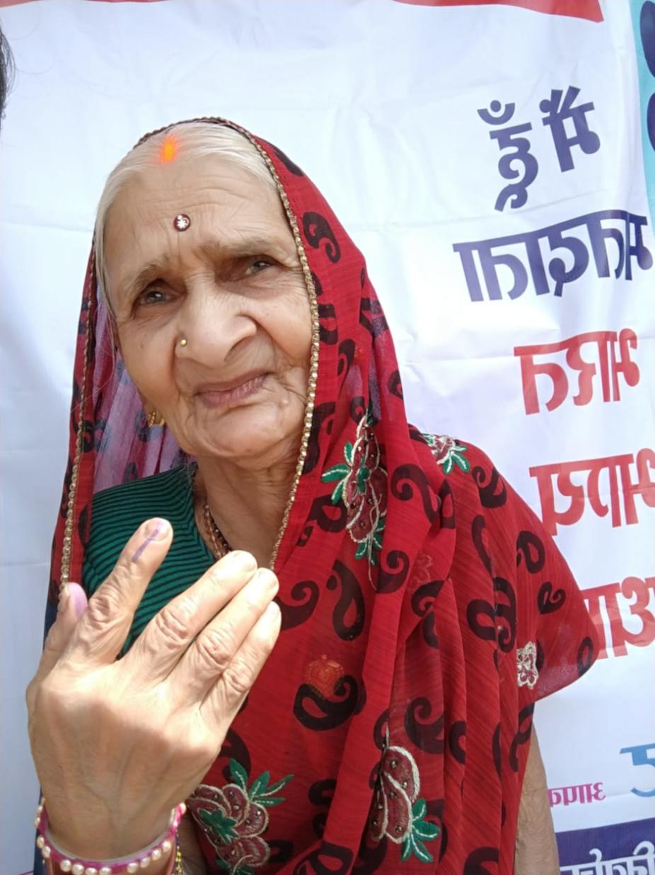 कवर्धा की ये तस्वीर सभी के लिए प्रेरणादायक है. इस बुजुर्ग महिला ने भी मतदान किया.