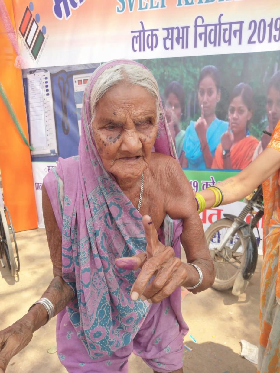 इस बुजुर्ग महिला की उम्र 100 से ज्यादा बताई जा रही है. इन्होने ने भी अपने मताधिकार का प्रयोग किया.