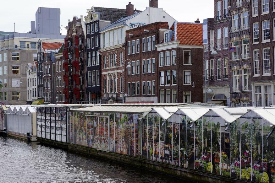 <br />एमस्ट्रेडम की सिंगेल कैनाल में मौजूद फूलों के फ्लोटिंग मार्केट को देखने दुनिया भर से लोग आते हैं. यहां पर फूल नावों में रख कर बेचे जाते हैं. यह एक खूबसूरत नजारा होता है.