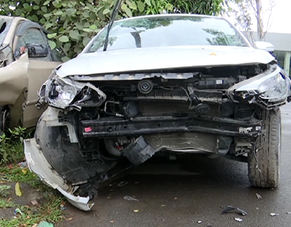 दुर्घटना में एक गार्ड और दो बारातियों की मौके पर ही मौत हो गई.