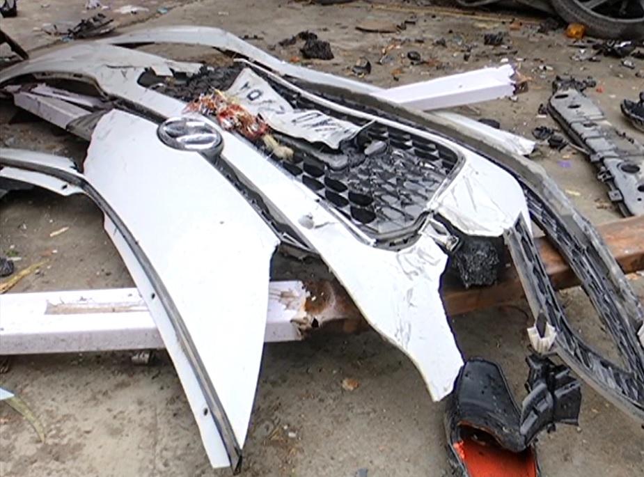 टक्कर मारने वाली कार में सवार चार में से तीन लोग मौके से फ़रार हो गए. कार का ड्राइवर गंभीर रूप से घायल हो गया.