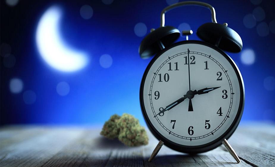 3. नींद में कमी आना या नींद नहीं आना: तनाव के कारण बच्चे सो नहीं पाते. ये डिप्रेशन की पहली निशानी भी है. अगर बच्चा सो नहीं रहा है और उदास रहता है तो बिना देर किए उसे काउंसलर के पास ले जाएं.