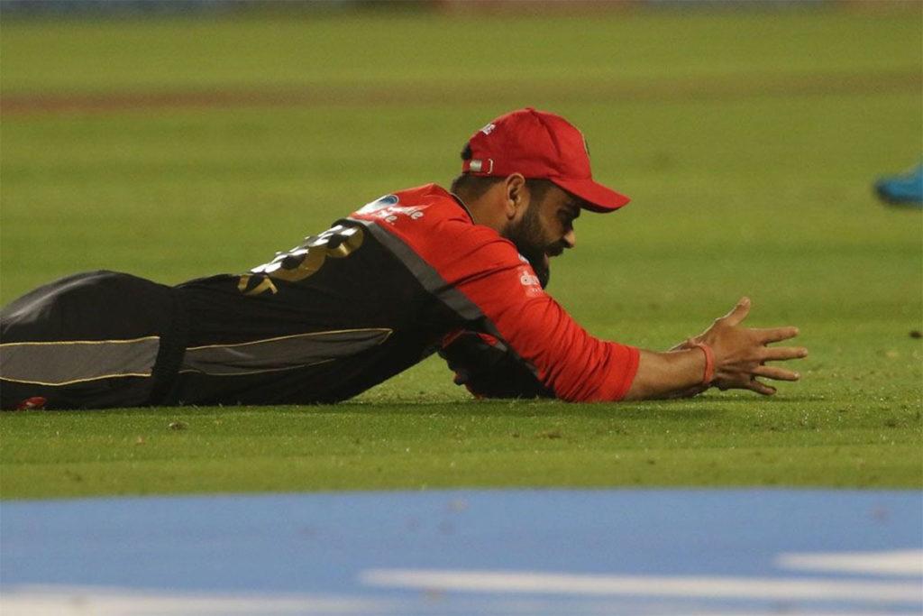 आरसीबी की बल्लेबाज हद से ज्यादा विराट कोहली और एबी डिविलियर्स के भरोसे है. इन दोनों के आउट होने के बाद टीम के बाकी बल्लेबाज दबाव नहीं झेल पाते. टीम के पास मोईन अली, शिमरॉन हेटमायर, शिवम दुबे, मार्कस स्टोइनिस और कोलिन डी ग्रैंडहोम जैसे ताबड़तोड़ बल्लेबाजी करने वाले खिलाड़ी हैं लेकिन इन सभी ने इस सीजन में निराश किया है.(Photo: IPL/BCCI)
