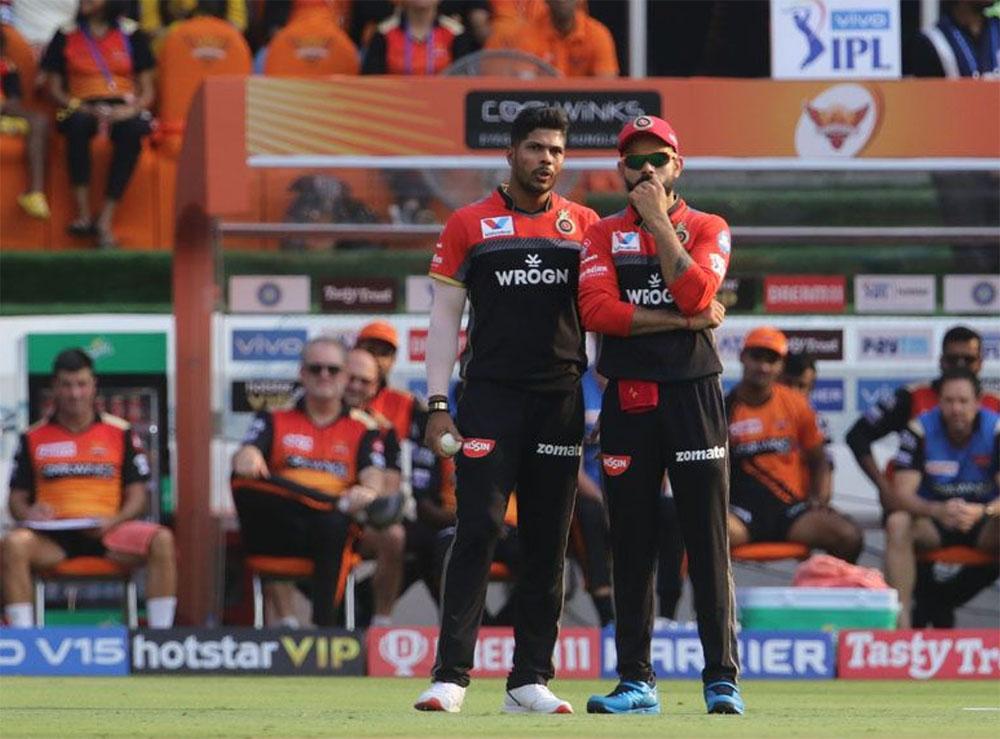 रॉयल चैलेंजर्स बैंगलोर के पास एक भी ऐसा गेंदबाज नहीं है जिस पर डेथ ओवर्स(16-20) के दौरान भरोसा किया जा सके. इसी का नतीजा है कि टीम 200 से ज्यादा रन बनाने के बावजूद हार जाती है. आरसीबी पांच बार 200 से ज्यादा स्कोर खड़ा करने के बाद भी विपक्षी टीम से मात खा चुकी है. इतना बुरा रिकॉर्ड किसी टीम का नहीं है.(Photo: IPL/BCCI)