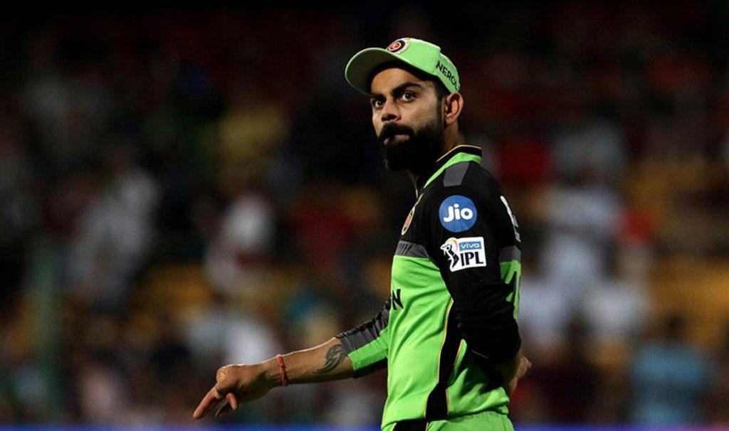 विराट कोहली की कप्तानी पर आईपीएल में हमेशा से सवालिया निशान रहा है. 2017 से आईपीएल में आरसीबी 33 में से 23 मुकाबले हार चुकी है. जानकारों का कहना है कि कोहली साथी खिलाडि़यों का हौंसला बढ़ाने में नाकाम रहे हैं. उनकी कप्तानी में किसी तरह की कोई प्लानिंग नजर आई. साथ ही मैदान पर उनका व्यवहार भी साथियों की हिम्मत तोड़ देता है.(Photo: IPL/BCCI)