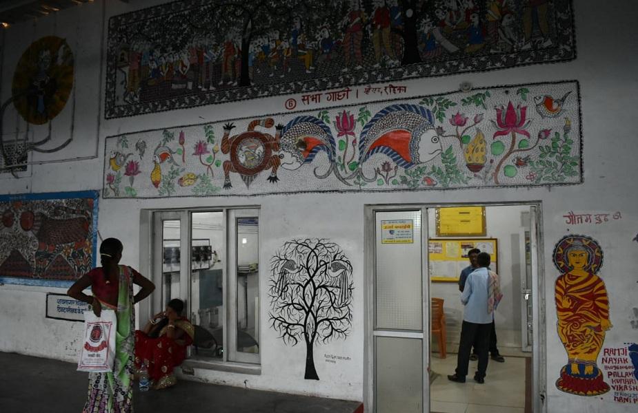 बताया जा रहा है कि स्टेशन परिसर में मिथिला पेंटिंग्स बनाने वाले कुछ कलाकारों ने पिछले साल जुलाई के तीसरे और चौथे हफ्ते में अलग-अलग दिन बिना किसी पूर्व सूचना के स्वतंत्रता सेनानी सुपरफास्ट ट्रेन को मधुबनी रेलवे स्टेशन पर घंटों तक रोक दिया था. कलाकारों ने रेल विभाग पर धोखाधड़ी का आरोप लगाते हुए दिल्ली जाने वाली स्वतंत्रता सेनानी एक्सप्रेस को रोके रखा था.