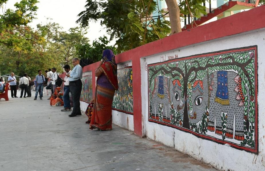 इन कलाकारों के मोटिवेटर राकेश कुमार झा का कहना है कि जब मधुबनी स्टेशन को कलाकारों के श्रमदान से सुंदर बनवाया गया उस दौरान बात हुई थी कि ये वर्ल्ड का सबसे बड़ा फोक आर्ट होगा जिसे गिनीज बुक ऑफ रिकॉर्ड में दर्ज कराया जाएगा पर रिकॉर्ड बुक में नाम दर्ज करवाना तो दूर उल्टा कलाकारों पर वारंट जारी हो गया है. राकेश झा का ये भी कहना है कि स्टेशन पर पेंटिंग्स का काम शुरू करने के वक्त रेलवे द्वारा कहा गया था कि इस काम के लिए रेलवे कोई पैसा खर्च नहीं करेगा.