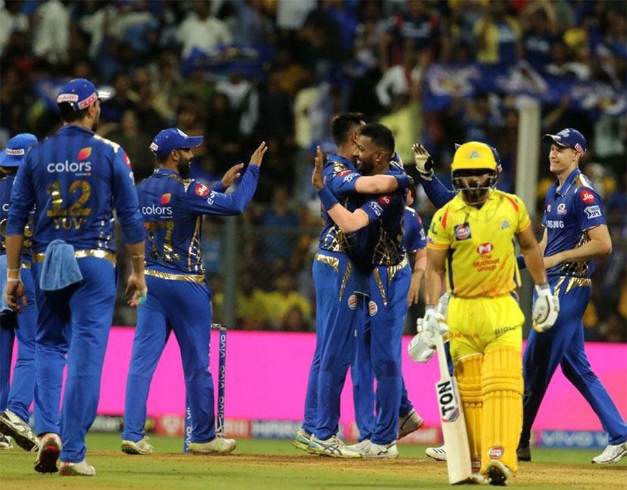 मुंबई और चेन्नई की टीमों के बीच आईपीएल मुकाबलों की बात की जाए तो दोनों 27 बार आमने-सामने हुई हैं और जिनमें से मुंबई ने 15 में जीत हासिल की है. चेन्नई ने 12 मैच जीते हैं. दोनों के मुकाबले को दर्शक क्रिकेट का अल क्लासिको कहते हैं. आखिरी बार चेन्नई में मुंबई जब धोनी की सेना से हारी थी तब नरेंद्र मोदी गुजरात के मुख्यमंत्री थे. अब वे देश के प्रधानमंत्री हैं. (Photo:IPL)