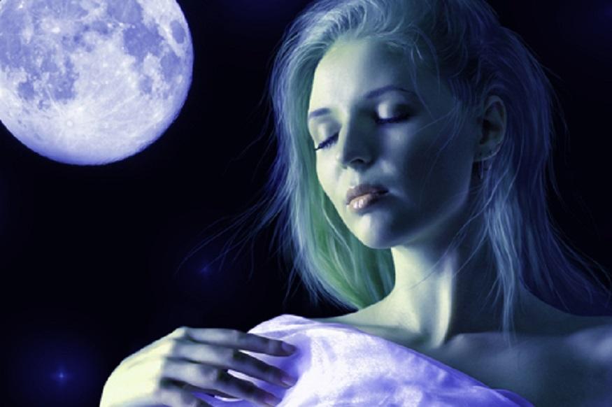 पहले ग्रीनलैंड के निवासी मानते थे कि महिलाएं चांद की वजह से गर्भवती हो जाती हैं. इसलिए महिलाओं का चांद की सिर करके सोना मना था. वो ना केवल चांद की तरफ पीठ करके सोती थीं बल्कि अपनी नाभि पर थूक लगा लेती थीं.