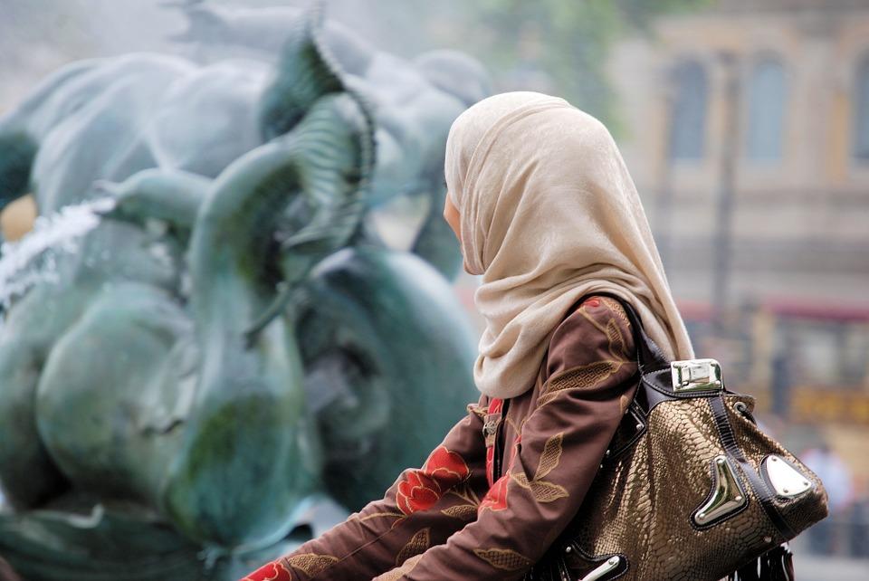 ईरान की काफी मस्जिदों में भी औरतों को नमाज़ की इजाजत है. वेबसाइट wsj.com के मुताबिक, मुंबई में मौजूद Masjide-E-Iranian में भी औरतों को नमाज़ की इजाजत है. ये इजाजत साल 2013 से दी जा चुकी है.(प्रतीकात्मक तस्वीर)