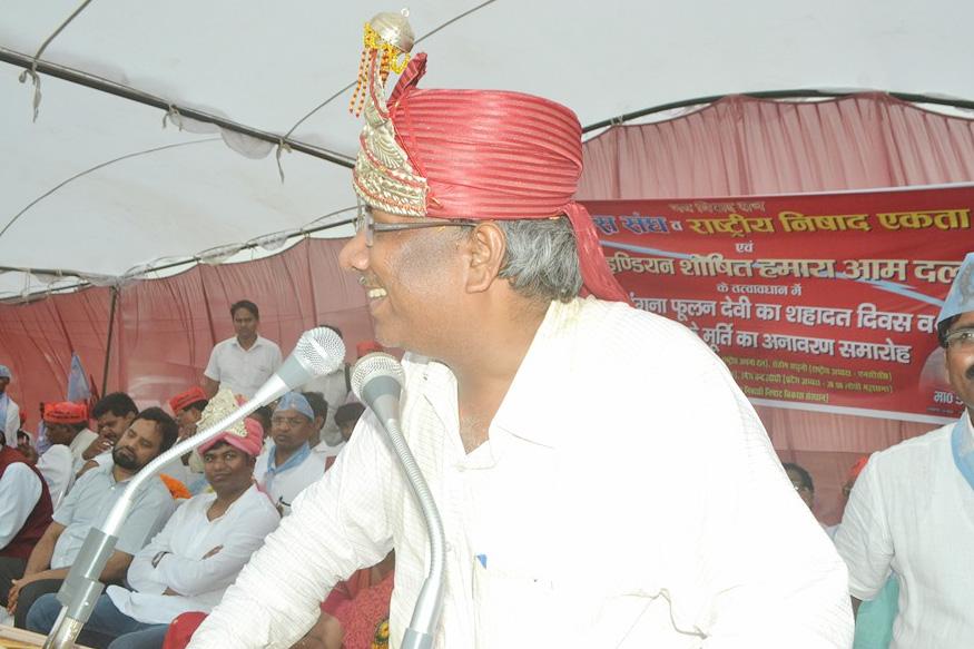 गोरखपुर जिले के ग्राम जंगल बब्बन, तहसील कैम्पियरगंज में 7 जून 1965 को जन्मे डॉ. संजय कुमार के पिता विजय कुमार निषाद सुबेदार मेजर थे. संजय ने सन् 1988 में कानपुर विश्वविद्यालय से बीएमईएच की उपाधि प्राप्त कर चिकित्सा प्रैक्टिस शुरू की. लेकिन उनका मन सियासत में लगा. संजय अपने पिछड़े हुए समाज में यह बता रहे हैं राजनीति ही हर ताले की चाबी है.