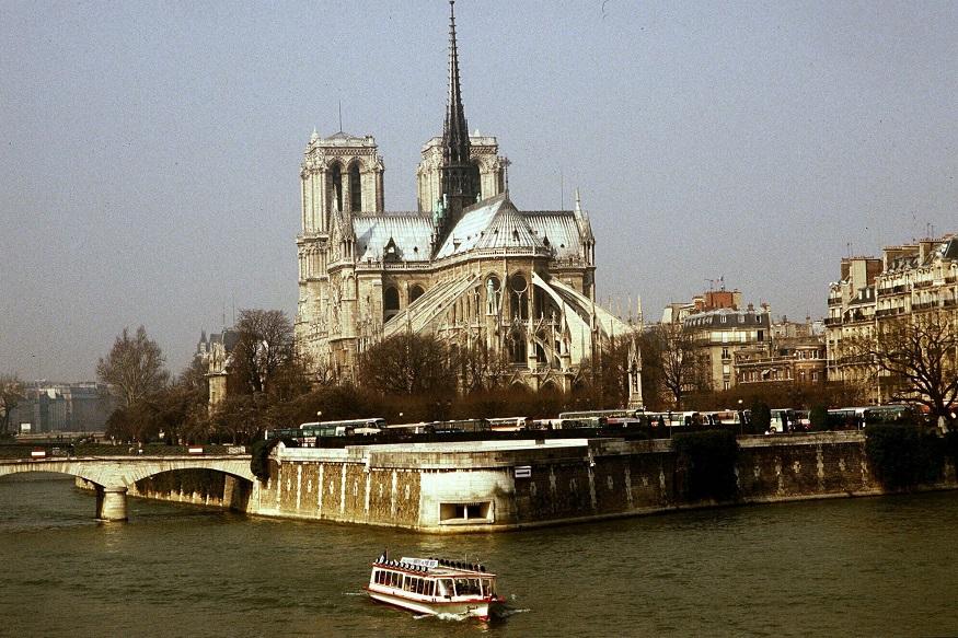 फ्रांस के राष्ट्रपति एमैनुएल मैक्रों ने घटना पर दुख व्यक्त करते हुए नोट्रे डैम का फिर निर्माण कराने का फैसला किया है. (तस्वीर-AP)