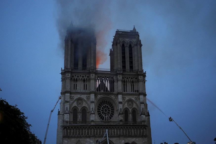 यूनेस्को द्वारा विश्व धरोहर घोषित नोट्रे डेम कैथेड्रल चर्च की 850 साल पुरानी छत तबाह हुई. वहीं गॉथिक मीनार ढह गई.(तस्वीर -AP)