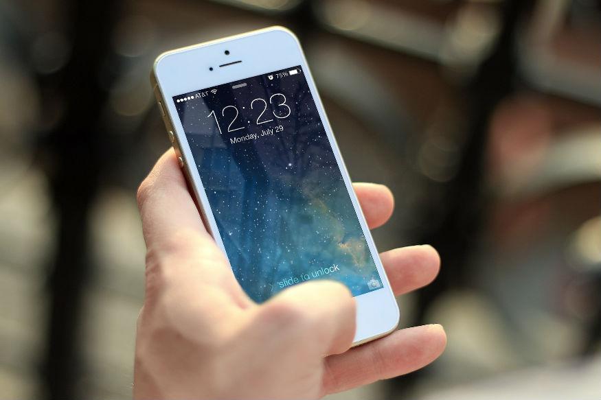 प्लेन में बैठते ही मोबाइल फोन को फ्लाइट मोड पर लगाने का ऐलान तो आपने भी सुना होगा. फ्लाइट मोड पर फोन होना यानी अब फोन से कोई कम्यूनिकेशन नहीं होगा. लेकिन बढ़ती टेक्नॉलॉजी के मद्देनज़र कहा जा रहा है कि अब फ्लाइट में भी फोन काम करेगा. समझिए कैसे.