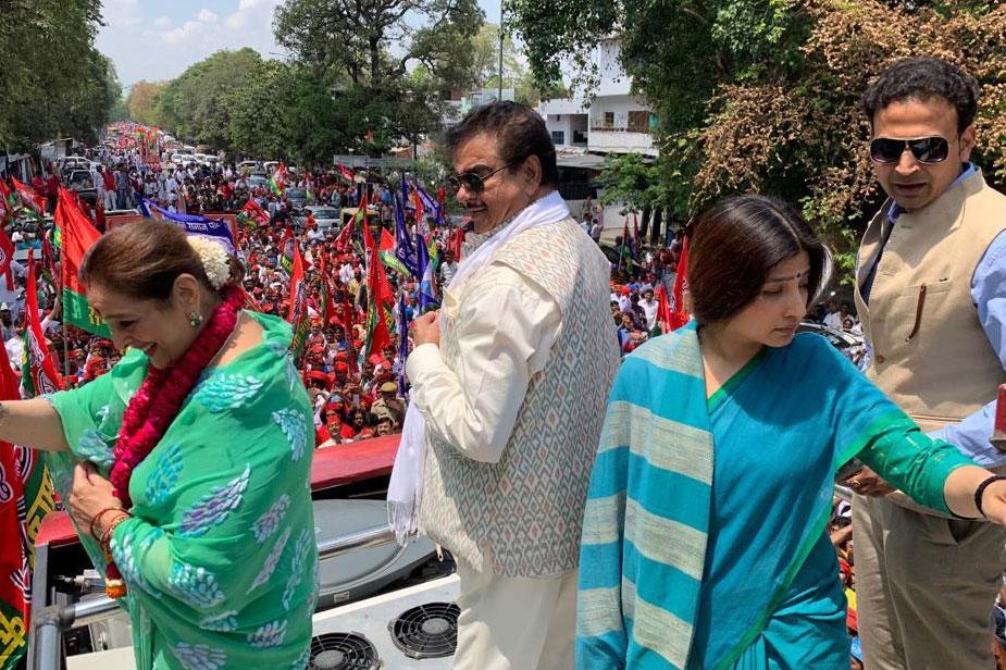 पूनम सिन्हा ने रोड शो के दौरान शक्ति प्रदर्शन किया. उनके रोड शो में सपा-बसपा के कार्यकर्ताओं समेत विशाल जन समूह शामिल हुआ. इस दौरान पूनम, शत्रुघ्न और डिंपल लोगों का अभिवादन स्वीकार करते भी नजर आए.