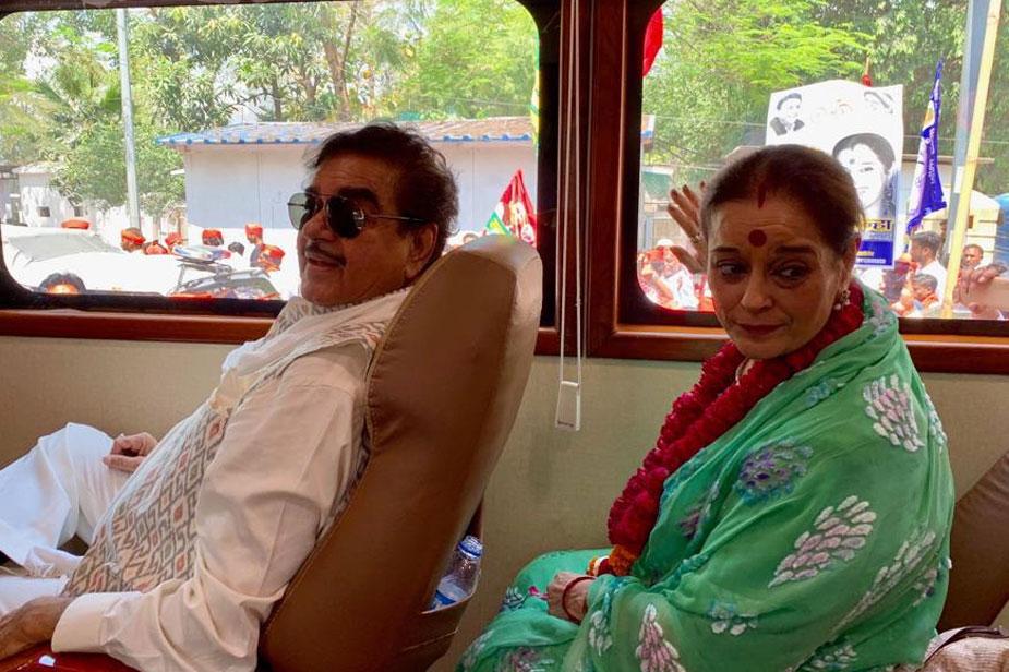 पूनम सिन्हा ने पिछले दिनों ही समाजवादी पार्टी की सदस्यता ग्रहण की है. उनका कहना है कि शत्रुघ्न सिन्हा उनके लिए प्रचार तो नहीं करेंगे, लेकिन सोनाक्षी सिन्हा और उनके दोनों बेटे लव व कुश उनके साथ प्रचार में सहयोग देंगे.