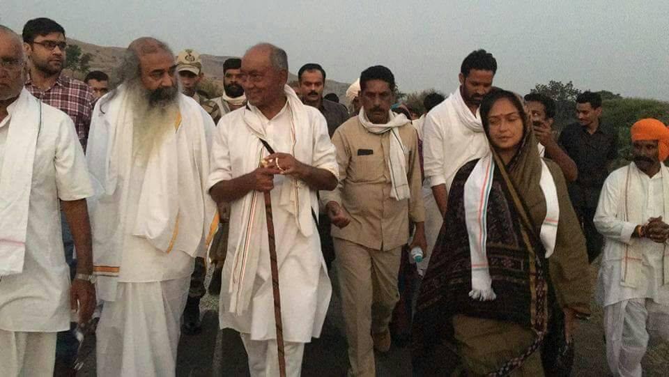 कांग्रेस के स्टार प्रचारक के रूप में मध्य प्रदेश और राजस्थान में प्रचार कर चुके प्रमोद कांग्रेस नेता दिग्विजय सिंह की नर्मदा यात्रा में भी शामिल हुए थे. ये मुस्लिमों के पक्ष में दिए बयानों से भी एक पक्ष के निशाने पर रहते हैं. इतना ही नहीं कांग्रेस के पक्ष में लगातार प्रचार अभियान चलाकर और बयान देकर कांग्रेस के इकलौते संत के रूप में भी पहचान बना चुके हैं.