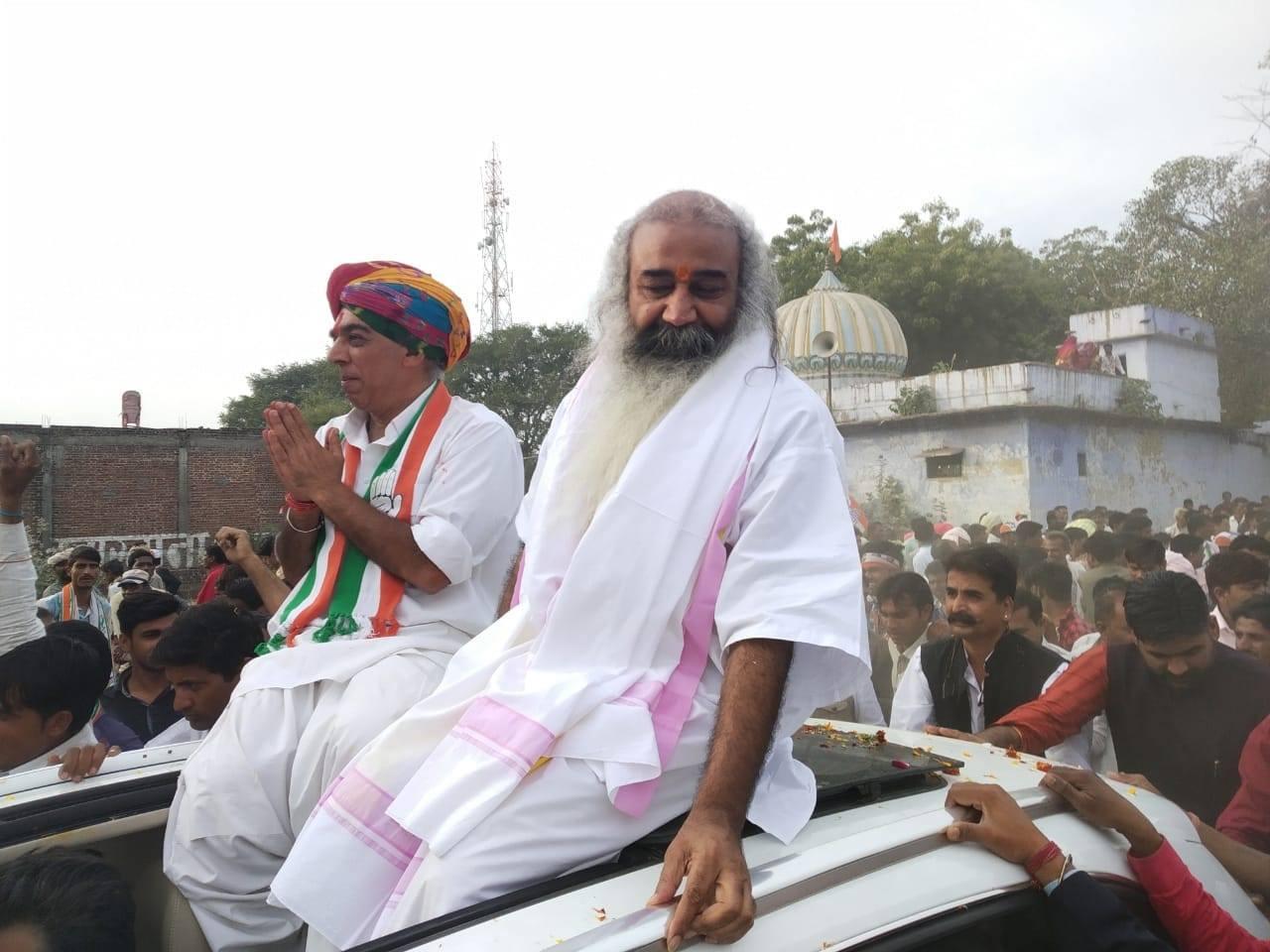 इन्होंन पीएम मोदी की तुलना आतंकी संगठन इंडियन मुजाहिद्दीन से की थी. वहीं पीएम के साथ-साथ सांसद साक्षी महाराज और योगी आदित्यनाथ पर भी निशाना साधा था. इन्होंने कहा था कि देश में लोग जितना इंडियन मुजाहिद्दीन से नहीं डरते हैं, उससे कहीं ज्यादा प्रधानमंत्री नरेंद्र मोदी से डरते हैं. वहीं योगी आदित्यनाथ की तुलना माफिया चलाने वाले नेता से की थी.