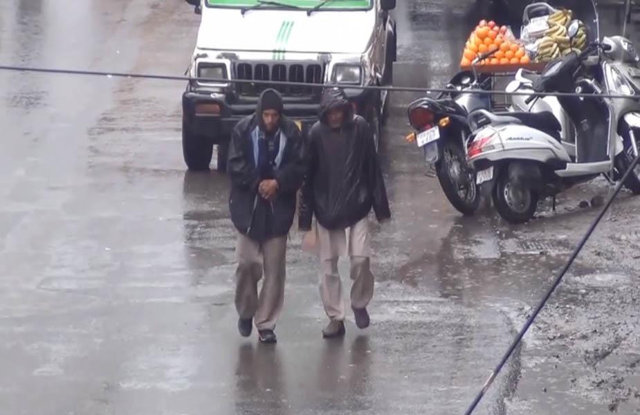 ऋषिकेश और आसपास के क्षेत्रों में सुबह से ही तेज बारिश के कारण काम पर जाने वाले लोगों को खासी दिक्कतों का सामना करना पड़ रहा है.